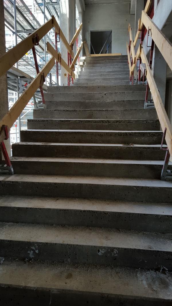 eine der beiden Treppenhallen